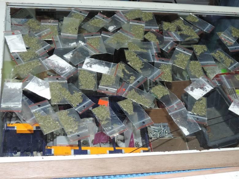 Policjanci zatrzymali mężczyznę handlującego dopalaczami. Dostarczał je dilerom, którzy następnie porcjowali truciznę i sprzedawali ją jak pietruszkę