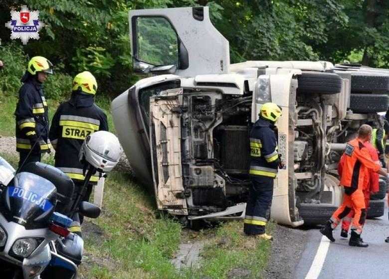 Utrudnienia w ruchu w Olbięcinie. Pojazd ciężarowy przewrócił się na DK 74