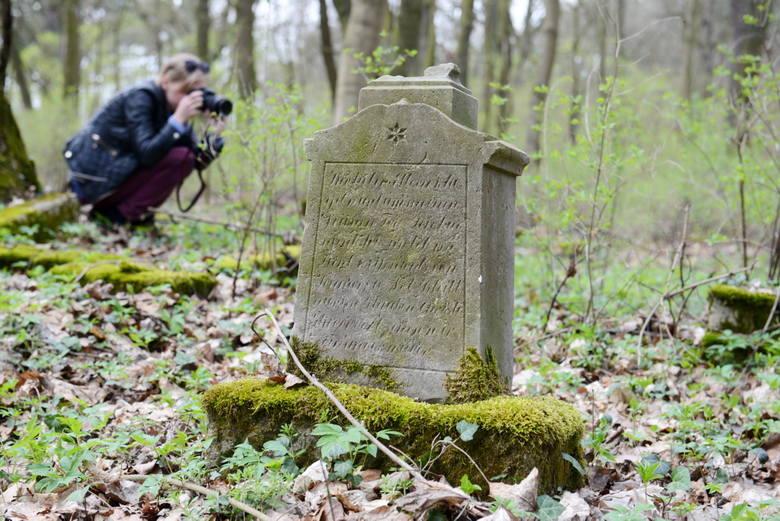 Na rozległym terenie dawnego cmentarza zachowały się tylko nieliczne nagrobki, na których można jeszcze cokolwiek przeczytać.