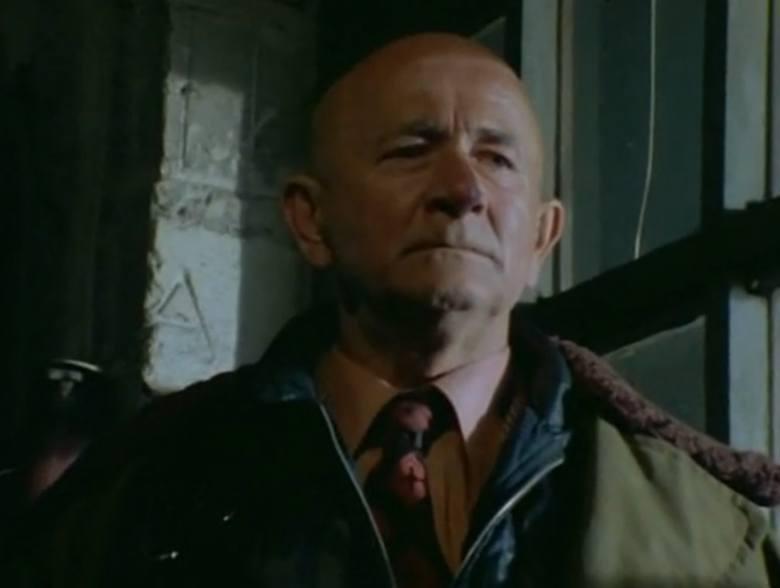 """Odcinek trzeci """"Dziwny wypadek"""". Sławomir Lindner urodził się w Kole. W latach trzydziestych ukończył Korpus kadetów w Rawiczu oraz Szkołę Podchorążych Piechoty w Ostrowi Mazowieckiej. Jako zawodowy oficer pełnił służbę w 55 poznańskim pułku piechoty w Lesznie."""