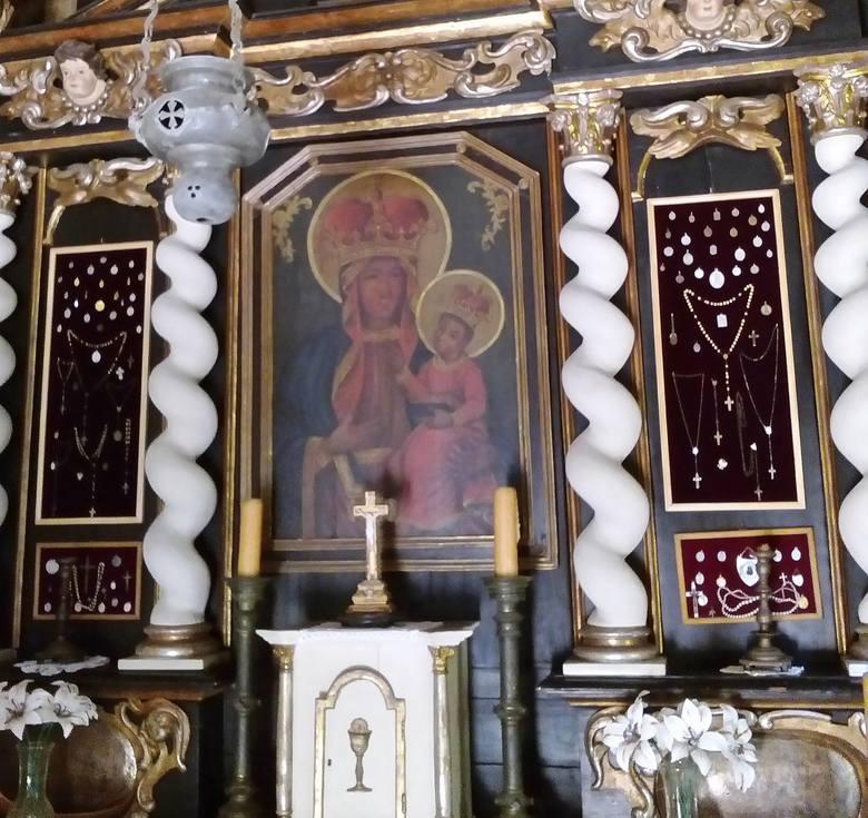 Tak obecnie wygląda kapliczka z kujawskiej Pieczeni, stojąca w Wielkopolskim Parku Etnograficznym w Dziekanowicach