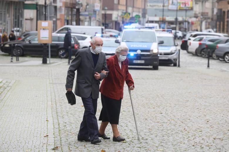 Od soboty w Polsce obowiązuje ograniczenie przemieszczania się osób, które ukończyły 70 lat.Osoby powyżej 70. roku życia będą mogły wychodzić z domów