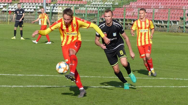 W meczu na szczycie w trzeciej lidze lider Korona II Kielce przegrał z wiceliderem Stalą Kraśnik 0:2 (0:1). Bramki zdobyli Rafał Król w 45 minucie z