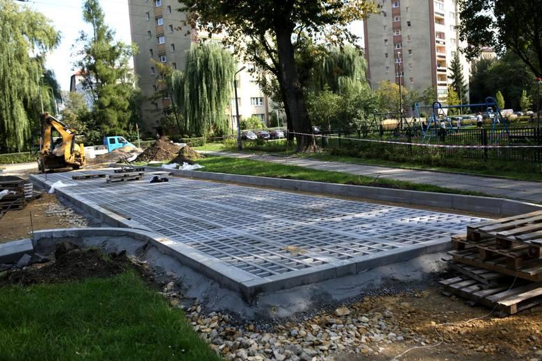 Plac zabaw przy skrzyżowaniu ul. Bobrzeckiej i ul. Zdrowej jest tu od lat. Obok powstał parking dla 18 samochodów