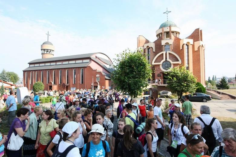 Po uroczystej inauguracji 30. Szczecińskiej Pieszej Pielgrzymki w sanktuarium Matki Bożej Fatimskiej na osiedlu Słonecznym kilkuset pątników ruszyło