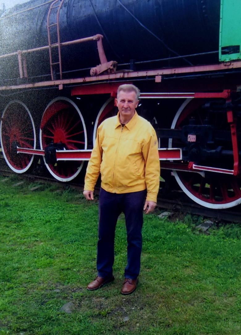 Józef Kaźmierczak przy parowozie PŁ47100. Zdjęcie zrobiono 20 września 2016 r. Pan Józef zaczął zajęcia w tzw. Kolejówce w 1965 roku<br />