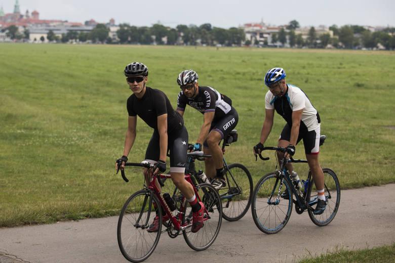 Zbyt bliskie wyprzedzanie rowerzystów. Ile razy jadąc rowerem oberwałeś lusterkiem w łokieć? Kierowco pamiętaj jeśli musisz wyprzedzić rowerzystę, bo