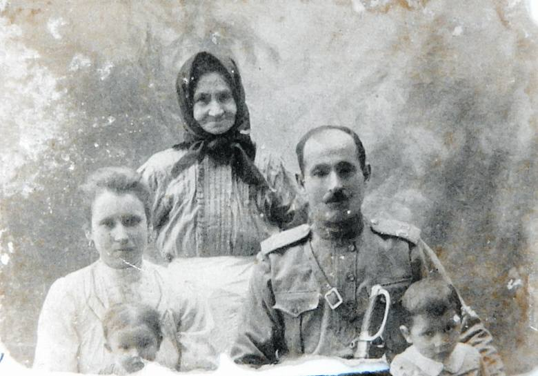 Maria i Piotr Szeremetowie, rodzice pana Leona, zostali zamordowani 13 maja 1943. Na zdjęciu także babunia Maria (matka ojca) oraz Janek i Pola.