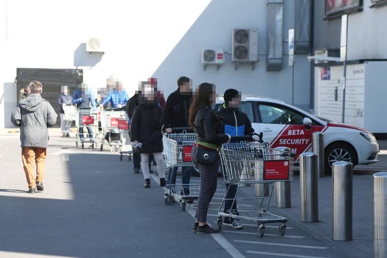 Rzecznik ministerstwa zdrowia Wojciech Andrusiewicz zapowiedział także możliwość przywrócenia limitów klientów robiących zakupy w sklepach. Na razie