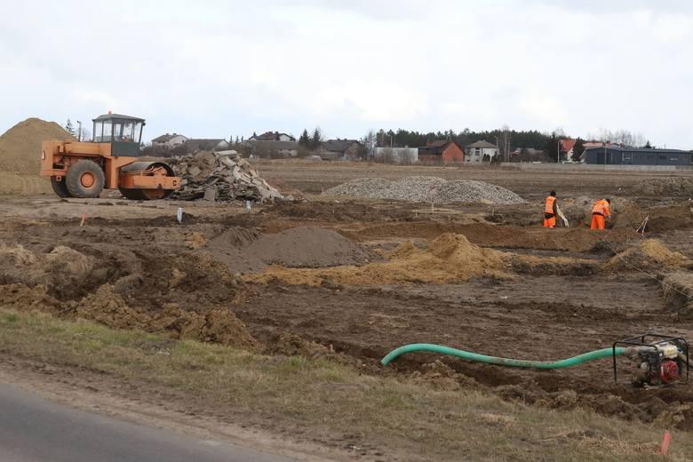 Coraz większy ruch panuje na lotnisku i wokół lotniska, gdzie budowana jest droga powiatowa omijająca lotnisko i za chwilę ruszy budowa najważniejszych