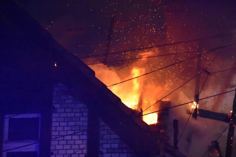 Pożar familoków w Czerwionce-LeszczynachZobacz kolejne zdjęcia. Przesuwaj zdjęcia w prawo - naciśnij strzałkę lub przycisk NASTĘPNE