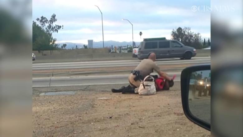 Brutalna interwencja policjanta. Bił kobietę (wideo)