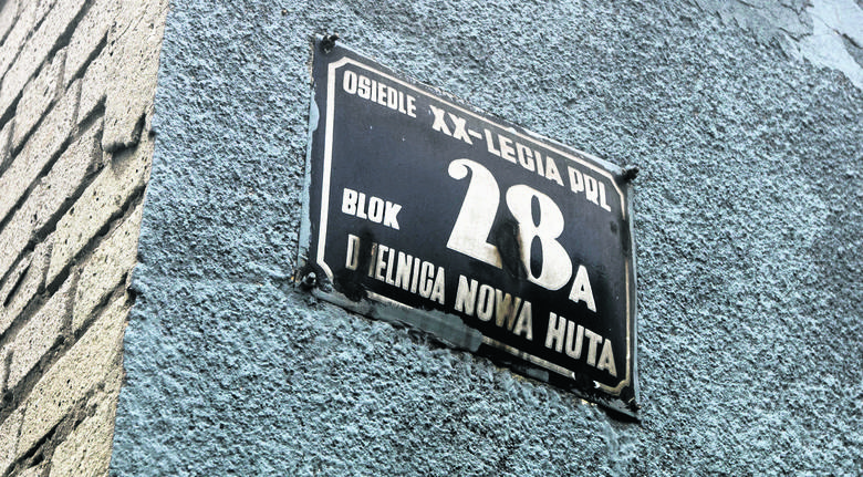 """Na jednym z budynków na os. Albertyńskim w Bieńczycach wciąż wisi tabliczka: """"Osiedle XX-lecia PRL, Dzielnica Nowa Huta"""""""