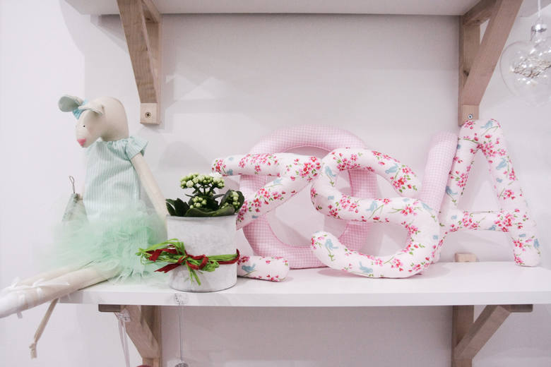 Wśród akcesoriów i zabawek, które oferują  większość jest wykonywana na szydełku lub haftowana.