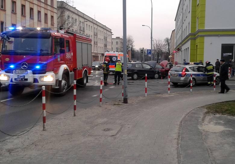 W piątek, 11 marca ok. godz. 17 na skrzyżowaniu ul. Bohaterów Westerplatte z Ułańską w Zielonej Górze doszło do zderzenia dwóch samochodów osobowych.