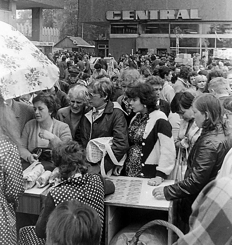 """Spółdzielczy Dom Handlowy """"Central"""" do końca PRL był jedną z najbardziej prestiżowych placówek handlowych w Polsce, obiektem wycieczek turystyki zakupowej"""