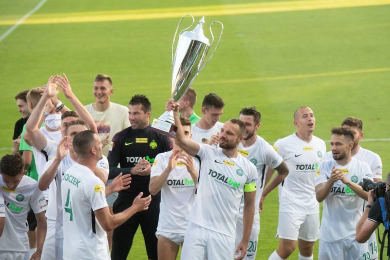 Warta Poznań świętowała awans do PKO Ekstraklasy, a jedną z najbardziej fundamentalnych postaci jest kapitan Bartosz Kieliba (trzymający puchar), który