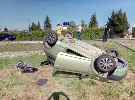 Przed godziną 13 w Zagórzu, na drodze krajowej 84, zderzyły się dwa pojazdy osobowe. Jeden z nich dachował w przydrożnym rowie. Jechała nim matka z dzieckiem.