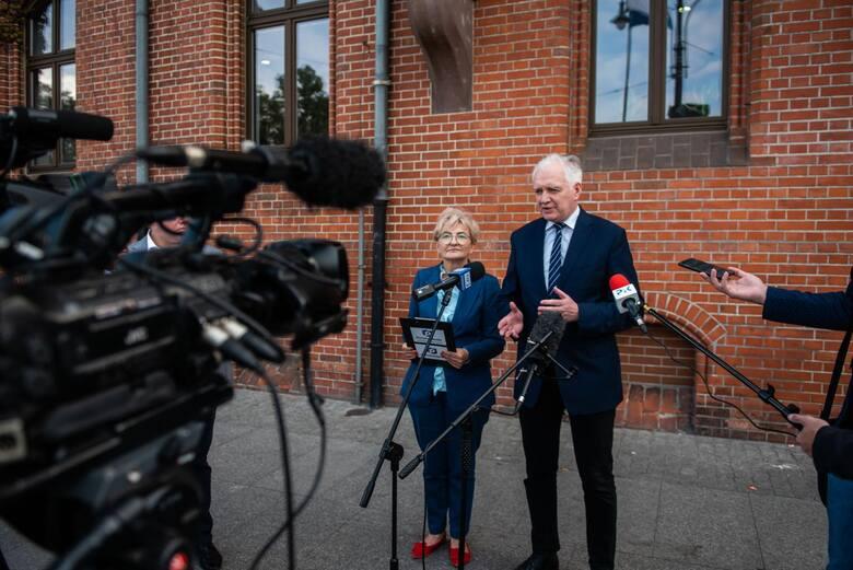 Poseł Iwona Michałek i były wicepremier Jarosław Gowin o propozycjach Polskiego Ładu mówili pod głównym budynkiem Urzędu Miasta Torunia