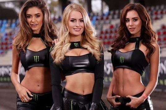 Monster Energy Girls to elita, jeśli chodzi o hostessy pojawiające się przy okazji zawodów motoryzacyjnych. Kierowcy muszą wykazać się niebywałą umiejętnością