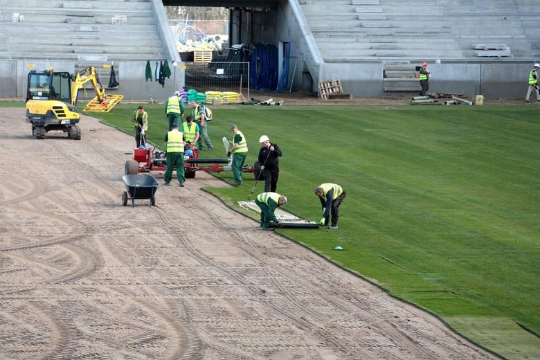 Nowa trawa rozkładana jest już na stadionie Pogoni Szczecin