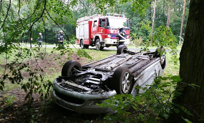 Peugeot dachował koło Mościczek