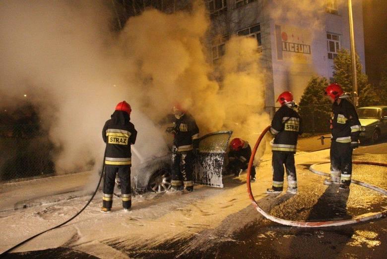 Opole, ulica Licealna: strażacy gaszą audi. Przyczyną pożaru było podpalenie.