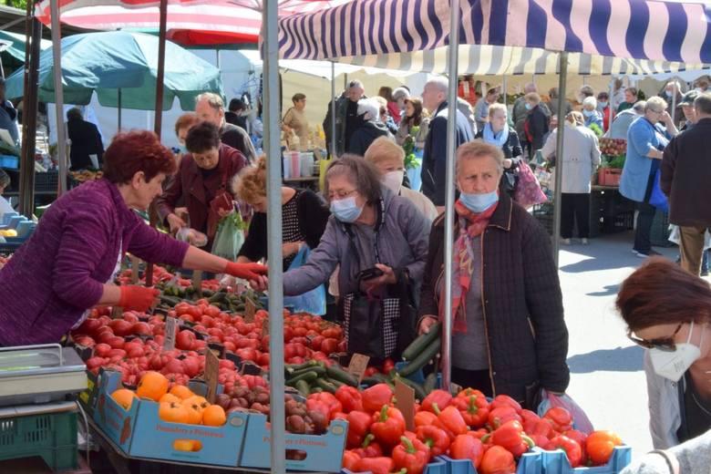 W piątek 28 maja kieleckie bazary pełne były klientów. Nieco tańsze były pomidory i ogórki. Truskawki krajowe staniały ale w ostatnich dniach cena stanęła