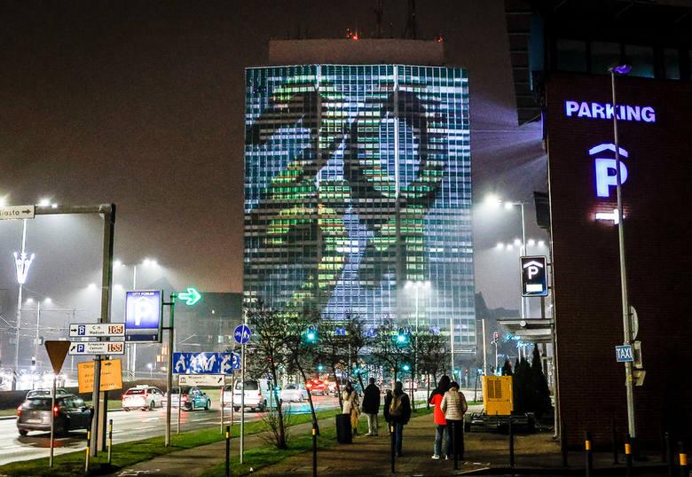 """Wirujące piętra """"Zieleniaka"""", strzelający szampan i życzenia na fasadzie. Niesamowity sylwestrowy spektakl mappingu w Gdańsku"""