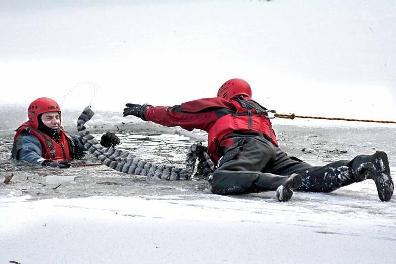 Strażacy ćwiczyli akcję ratunkową na lodzie [FILM i ZDJĘCIA]