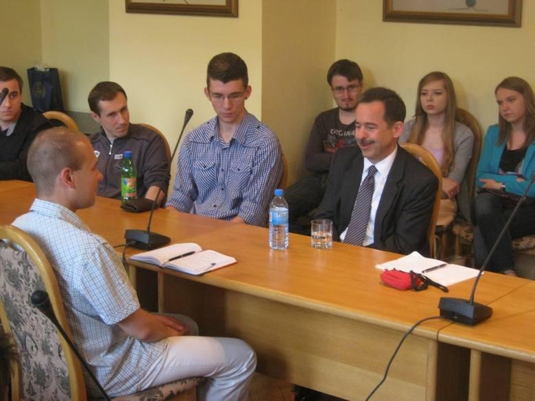 Stephen Mull usiadł i między studentami UMK i tak odpowiadał na zadawane pytania.