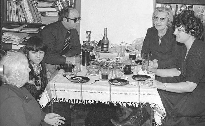 Wielu łodzian pamięta jeszcze Wielkanoc w PRL. Smak szynki, po którą trzeba było stać  kilka godzin w kolejce. Huk petard podczas Rezurekcji w kościele.