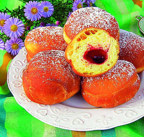 Tradycyjne pączki z nadzieniem z konfitury wiśniowej Katarzyny JaworekSkładniki 1,5 szklanki mleka5 żółtek50 g drożdży1,5 łyżki cukruopakowanie cukru