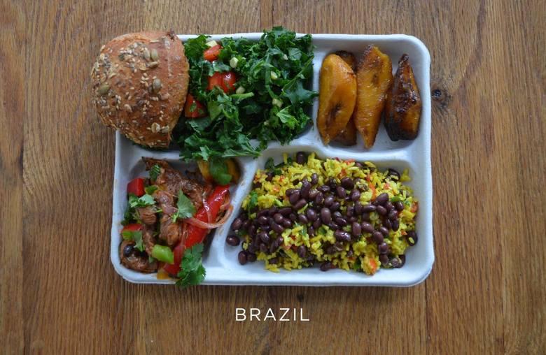 Wieprzowina z warzywami, czarną fasolą i ryżem, sałata, chlebem i pieczone banany