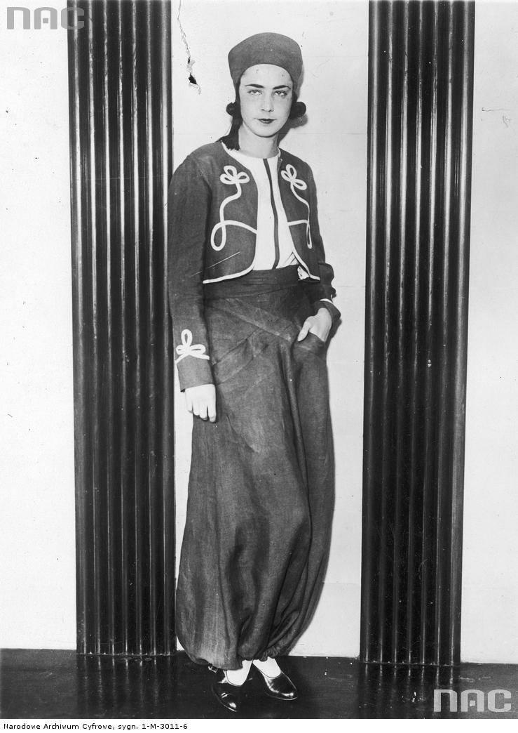 Modelka prezentuje bardzo modną w tym sezonie na Riwierze i w Kalifornii plażową piżamę uszytą z płótna.