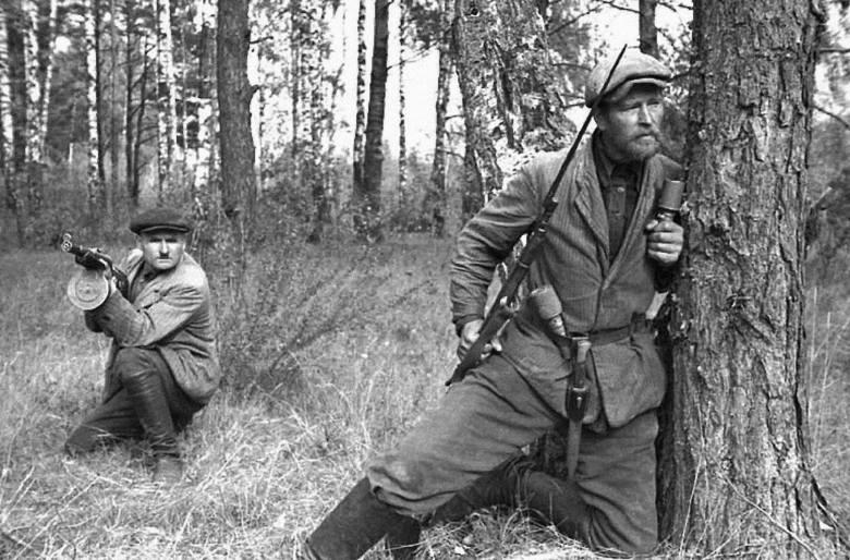 """Żołnierze 3 Wileńskiej Brygady Armii Krajowej. Razem z partyzantami """"Sablewskiego"""" uczestniczyli w operacji """"Ostra Brama"""""""