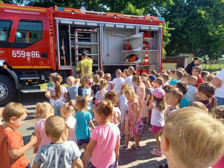 W środę, 9 czerwca odbył się pokaz strażacki dla dla dzieci z oddziałów przedszkolnych i klas 1-3 z Publicznej Szkoły Podstawowej imienia świętego Jana