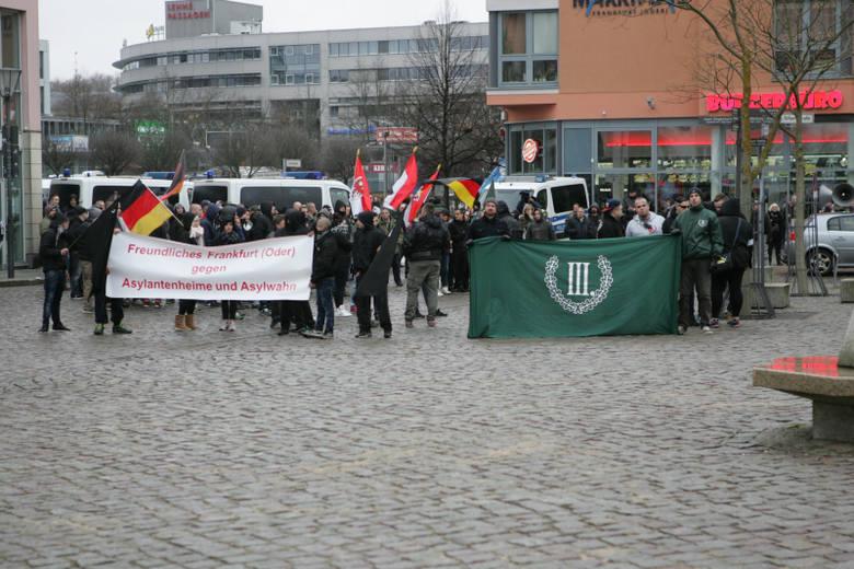 (pik)W sobotę, 20 lutego Frankfurt przypominał oblężoną twierdzę. Na każdym skrzyżowaniu stały policyjne radiowozy, miasto patrolowało dziesiątki policjantów.