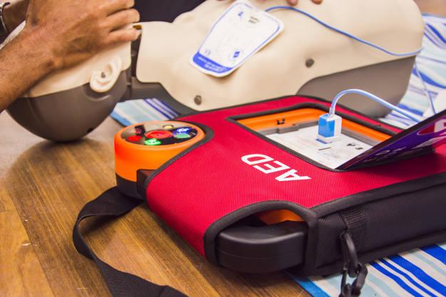 Automatyczne defibrylatory są oznaczone charakterystycznym sercem z błyskawicą. Ich zastosowanie pozwala skutecznie ratować osoby, których życie jest zagrożone.
