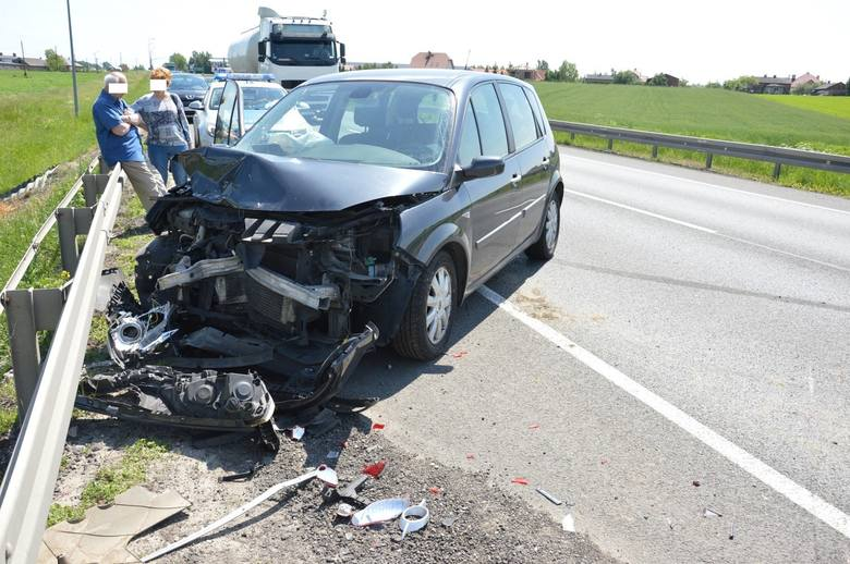 Wypadek na drodze krajowej koło Piotrkowa. Zderzenie renault z citroenem [ZDJĘCIA]