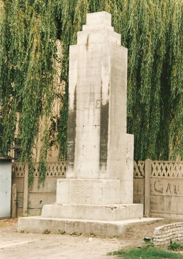 Monument przy ul. Rolnej, stan z lat dziewięćdziesiątych