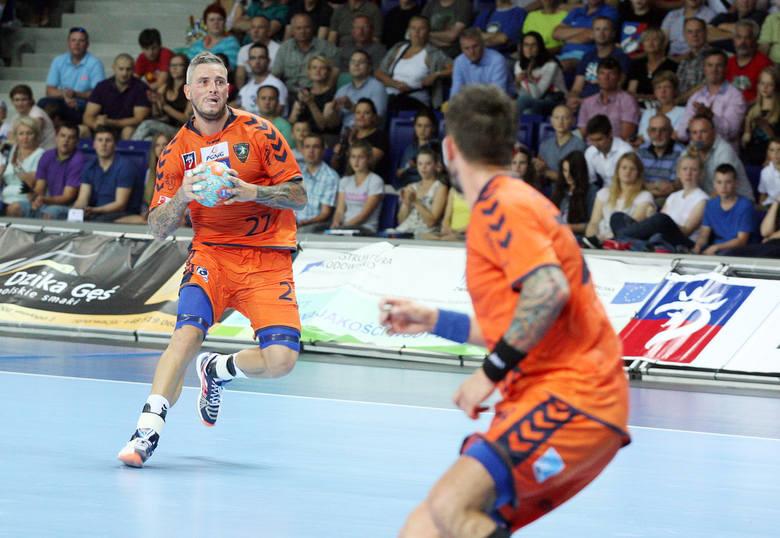 Bartosz Konitz (z piłką) zdobył 6 bramek, ale  podobnie jak cały zespół, nie może zaliczyć meczu do udanych.