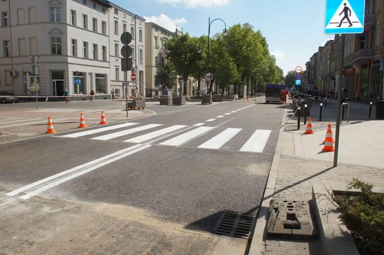 Nie z płytek, ale asfaltowe - tak po remoncie wyglądają skrzyżowania ulicy Wojska Polskiego z ulicami Wileńską i Mickiewicza. Trwają ostanie prace przy