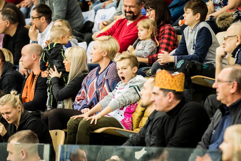 Bydgoskie koszykarki pokonały we własnej hali CCC Polkowice 72:68 w meczu na szczycie Energa Basket Ligi Kobiet. Do przerwy oglądaliśmy dziwny mecz.