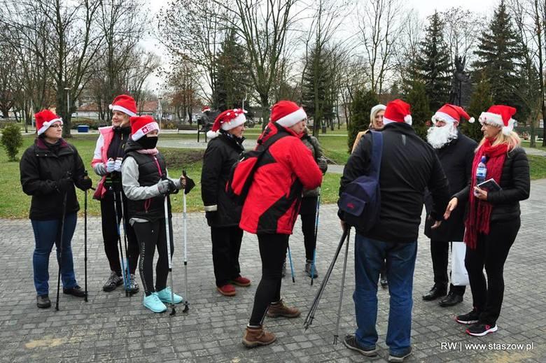 W sobotę, 8 grudnia, z terenu Parku imienia Adama Bienia w Staszowie wyruszył V Marsz Nordic Walking w poszukiwaniu świętego Mikołaja. Rozgrzewkę przed