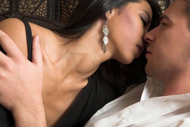 Całować namiętnie, delikatnie czy może agresywnie? Pierwsza zasada brzmi: w tym przypadku to nie dżentelmen wybiera klub, do którego chce należeć. To