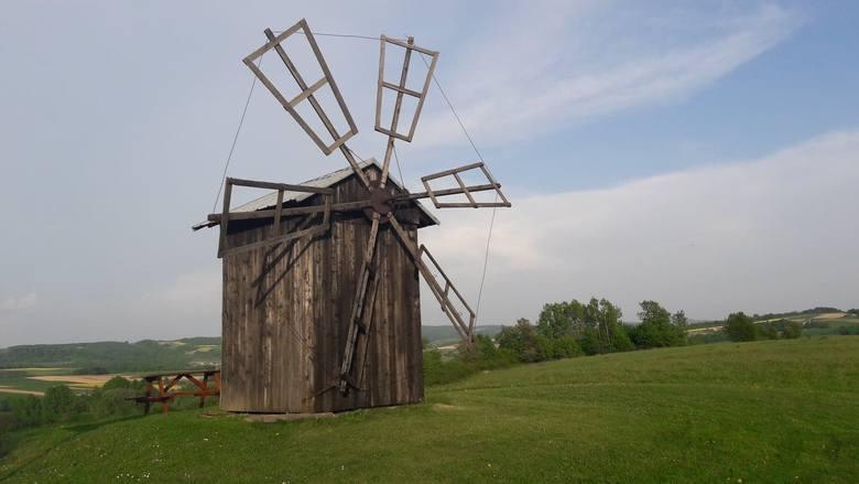 Wiatrak w RóżanceWiatrak położony jest w malowniczej wsi Różanka, znajdującej się w gminie Wiśniowa. Młyn wiatrowy został zbudowany w 1947 roku przez