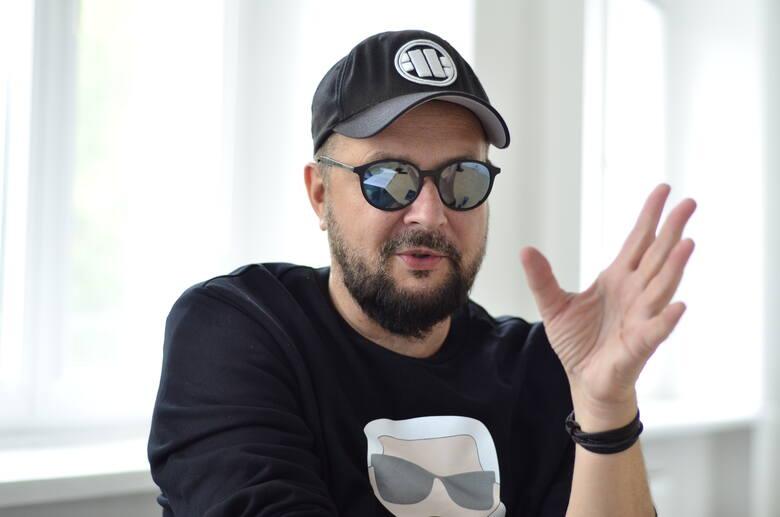 """Krzysztof """"Grabaż"""" Grabowski to wokalista Strachów na Lachy i Pidżamy Porno. W latach 90. pracował, jako redaktor w """"Głowie Wielkopolskim"""". Z wykształcenia jest historykiem."""