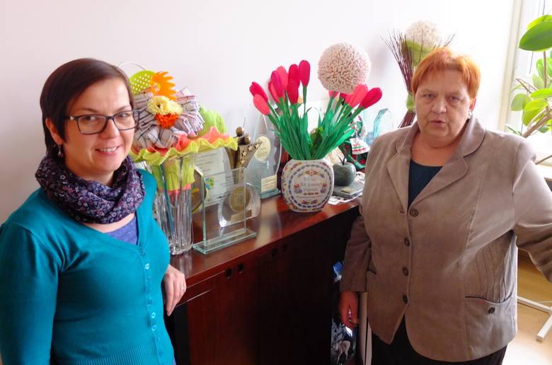 Danuta Bajak, prezeska opolskiego związku skupiającego KGW z naszego regionu, i Katarzyna Bernacka, odpowiedzialna za koła. W tle statuetki i rękodzieło - dowody uznania i podziękowania za ich pracę.
