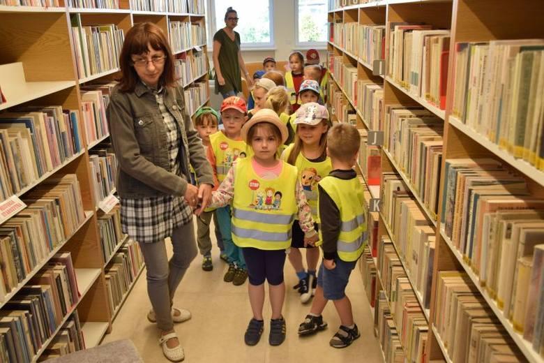 Najmłodsi czytelnicy za Płowiec i Radziejowa odwiedzili bibliotekę - było fajnie, bo panie czytały im bajki
